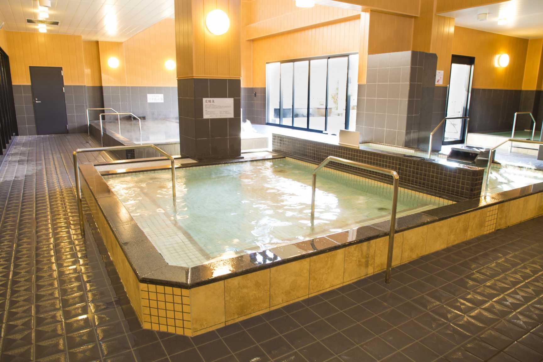 炭酸によって湯が白く見る風呂